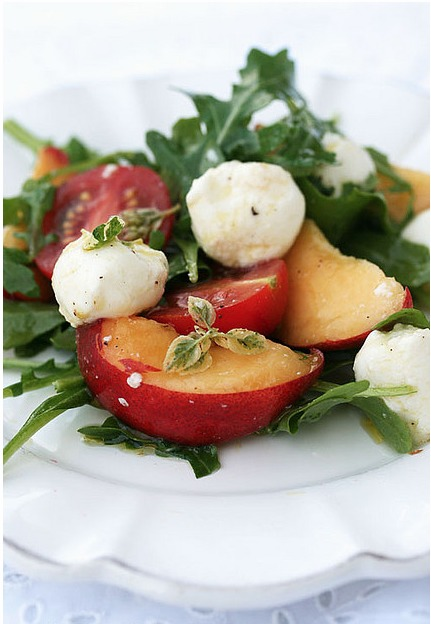 Insalata di pesche, rucola e mozzarella of desperate-house-donty - Recipefy